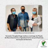 Vereador Douglas Kluge entrega Moção de Reconhecimento aos profissionais da saúde